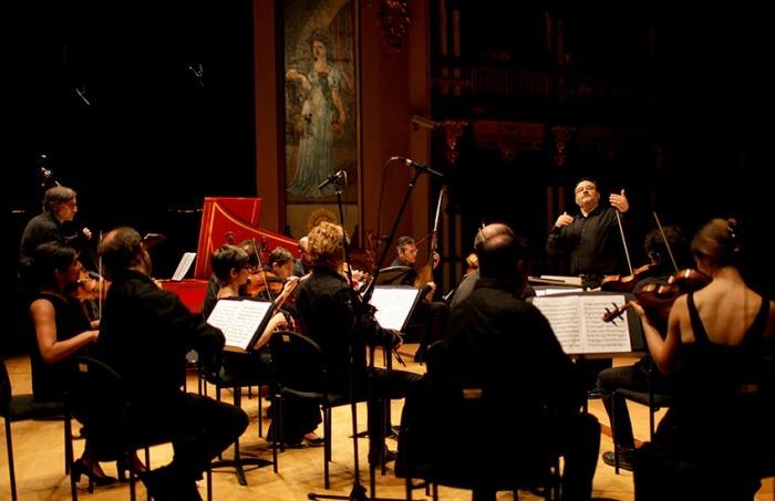 Rinaldo Alessandrini dirigiendo uno de los conciertos. Joaquín Sarmiento/Archivo FNPI