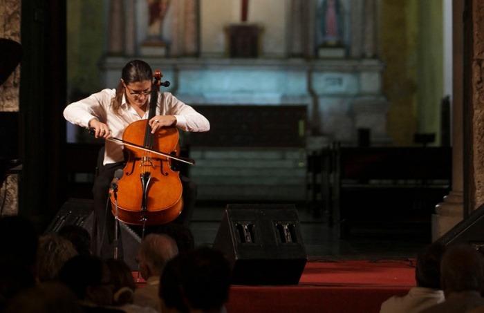 Santiago Cañón, Chelista Colombiano,durante el concierto en la Plaza de la Trinidad. Joaquín Sarmiento/ Archivo FNPI