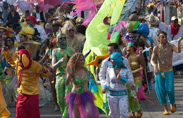 Comparsa 'Disfrázate como quieras' durante el desfile de la Batalla de Flores en Barranquilla el 5 de marzo de 2013. Joaquín Sarmiento/Archivo FNPI