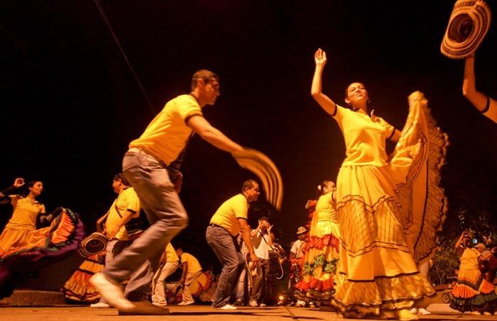 Bailarines de la práctica Cumbion de Oro en una calle de Barranquilla el 18 de enero de 2013. Joaquín Sarmiento/Archivo FNPI