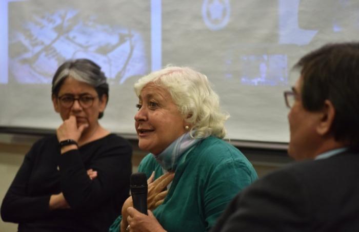 Mónica González (centro) al recordar a Javier Darío Restrepo. Fotografía: Daniel Gómez.