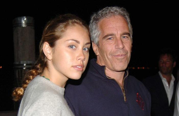 ¿Es realmente la cantante Miley Cyrus quien aparece en esta fotografía acompañando a Jeffrey Epstein?... ¡Responde nuestro quiz de noticias!