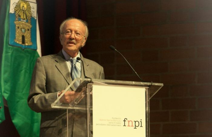 Javier Darío Restrepo al recibir el Reconocimiento a la Excelencia del Premio Gabriel García Márquez de Periodismo. Medellín, septiembre de 2014.