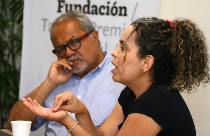 Tulio Hernández y Ginna Morelo durante un taller en 2019. Foto Archivo Fundación Gabo.