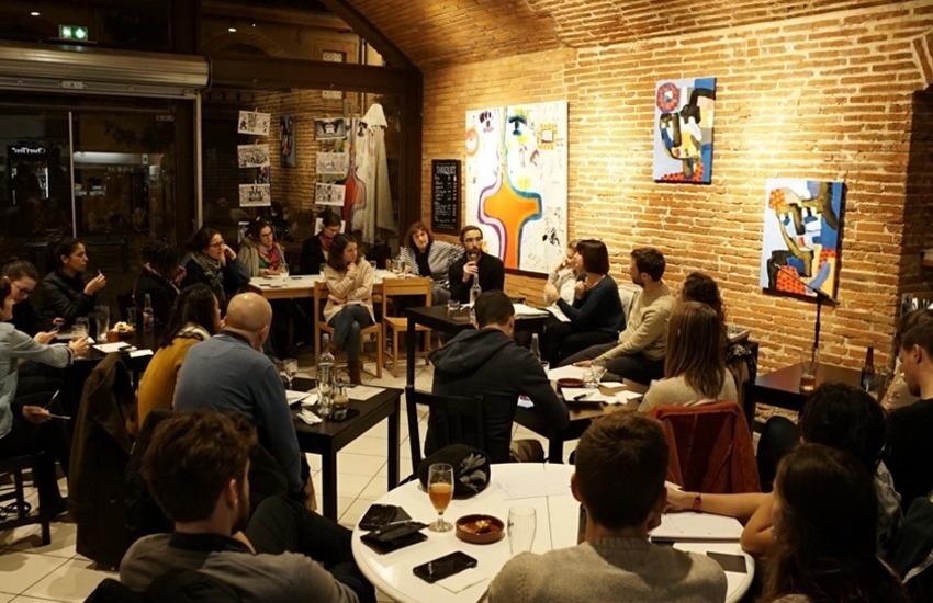 El Colectivo Antídotos durante una reunión-debate organizado con los lectores después de la publicación de la encuesta sobre gestión de residuos en Toulouse. Foto: Fanny Moulin.