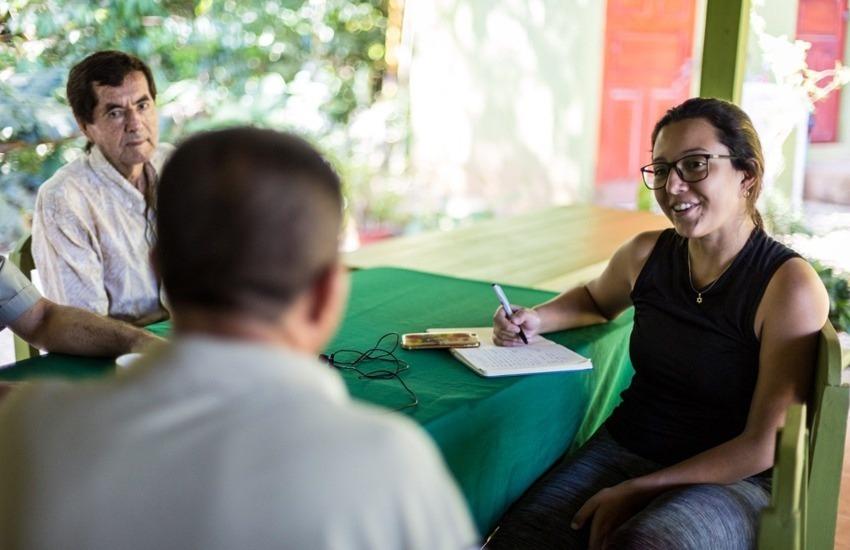 La periodista de La Voz de Guanacaste, Noelia Esquivel, conversa con los encargados de liderar el proceso de reforestación de un pueblo costarricense. Foto: César Arroyo Castro.