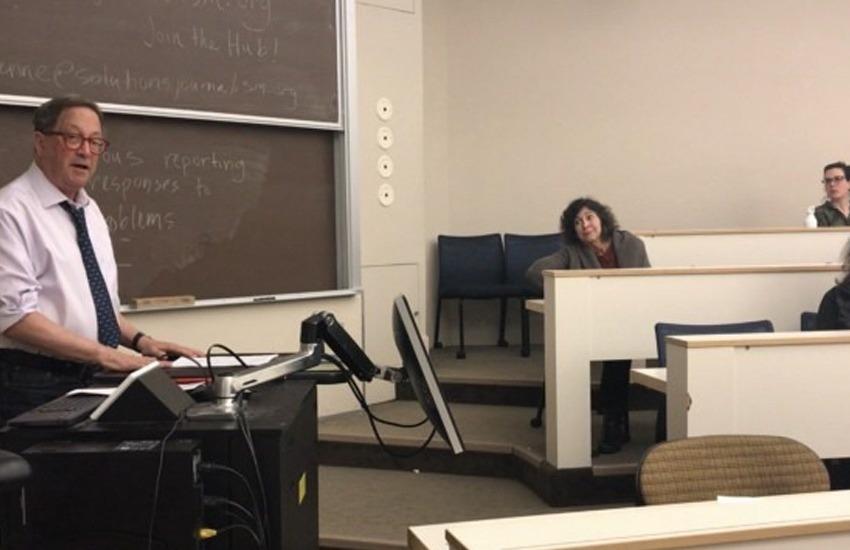 El periodista David Kirp durante una de sus clases en la UC Berkeley. Foto: Cat Cheney