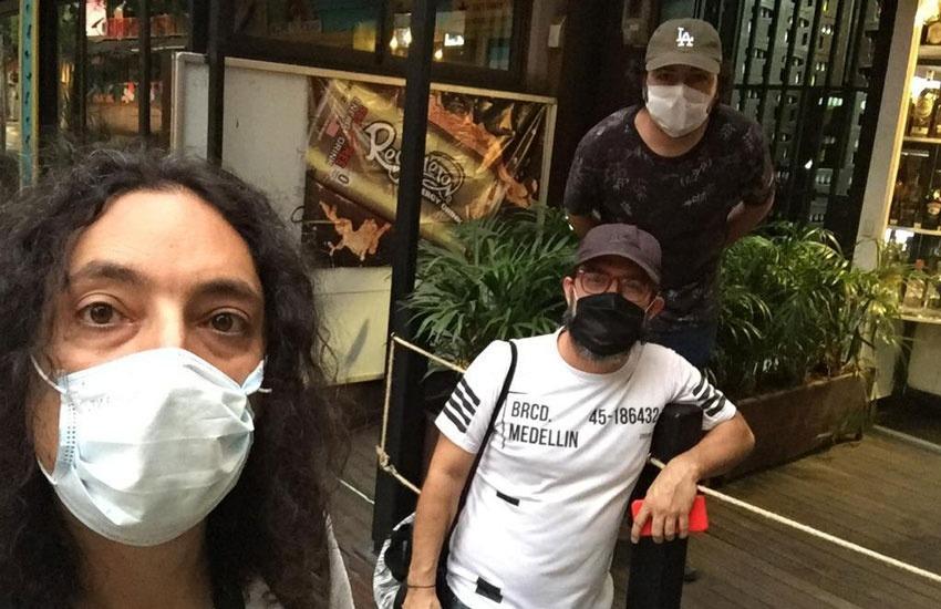Juan Fernando Ospina, Alfonso Buitrago y Pascual Gaviria, de Universo Centro, tienen por sede el segundo piso de un bar en el centro de Medellín. Foto: cortesía Universo Centro.