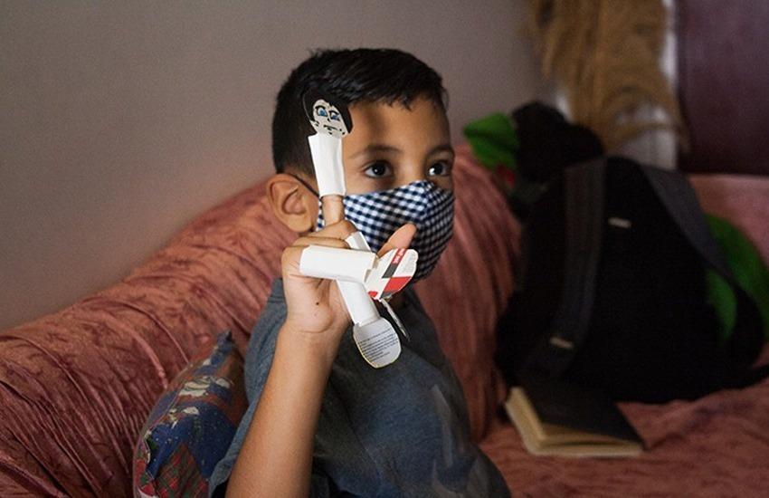 El movimiento de educación popular Fe y Alegría ha sabido llegarles a niños como Armando, quien ha aprendido a disfrutar sus clases a través de la radio. Foto: El Estímulo