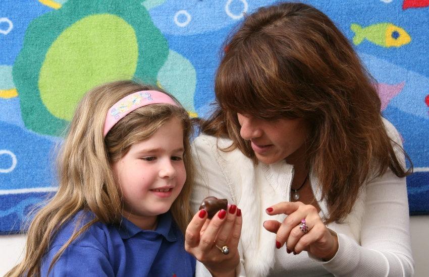 Niña autista es tratada en el Centro para Autismo y Desórdenes Relacionados (CARD, por sus siglas en inglés).