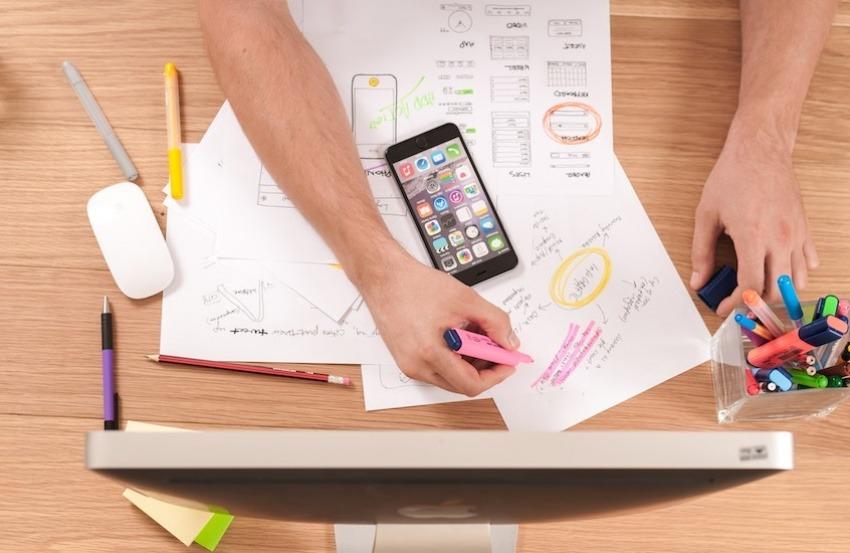 La adopción del enfoque de soluciones invita a explorar nuevas formas de financiar al periodismo. Foto: unplash.com.