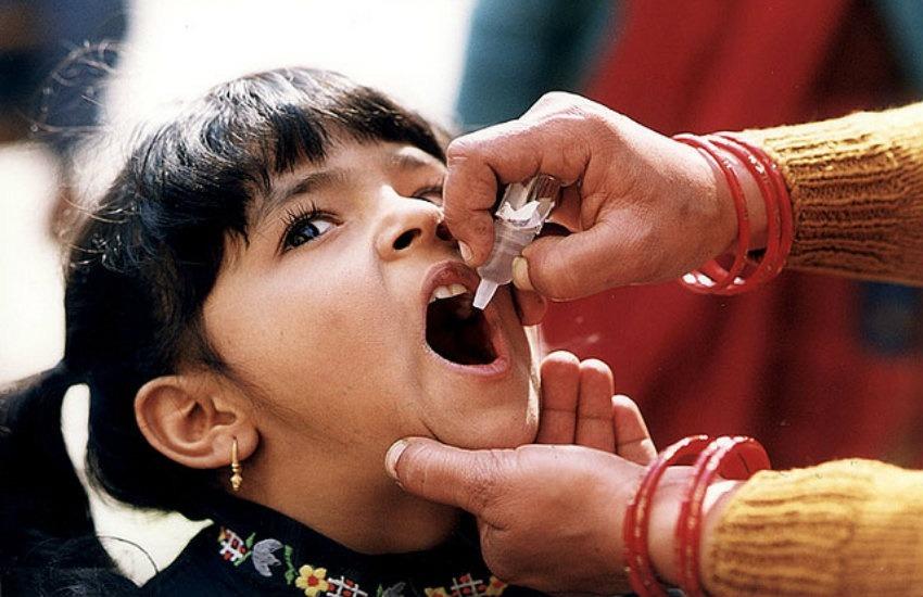 Niña recibe la vacuna contra la polio | Fotografía: CDC Global en Flickr. Usada bajo licencia Creative Commons