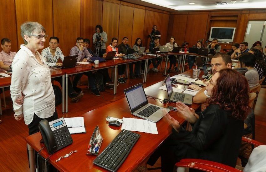 La periodista Liza Gross, de la Red de Periodismo de Soluciones, dictó un taller a los macroeditores del diario El Colombiano. El taller se realizó el 25 de mayo en la sede del periódico, en Medellín, Colombia. Foto: El Colombiano.