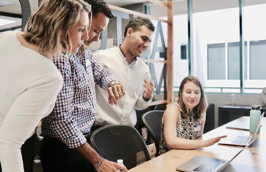 Los proyectos periodísticos que propicien la colaboración entre medios de comunicación, son una buena alternativa para el desarrollo de trabajos con enfoque de soluciones. Foto: unsplash.com.