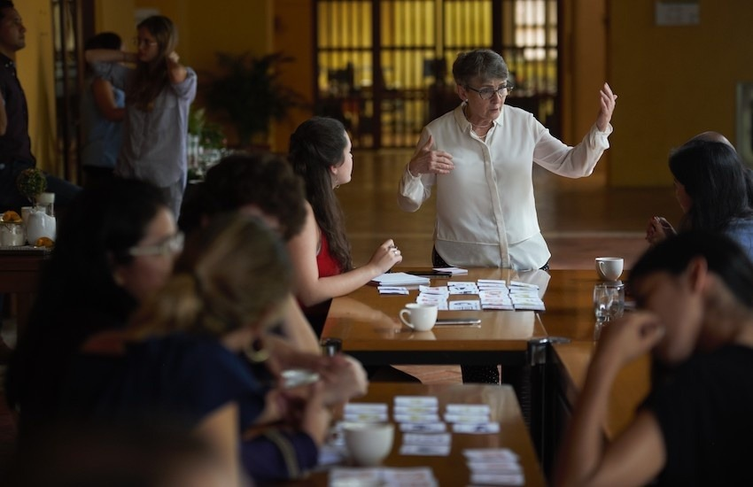 Liza Gross, quien hace parte de la Red de Periodismo de Soluciones, es la maestra del taller en el que paticipan 15 periodistas de América Latina. Foto: Emmanuel Upegui - FNPI.