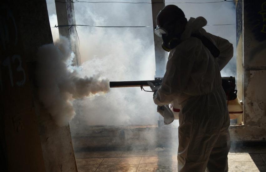 Trabajador del Ministerio de Salud de Brasil realiza labores de fumigación contra el virus del zika | Agencia Brasilia en Flickr | Usada bajo licencia Creative Commons