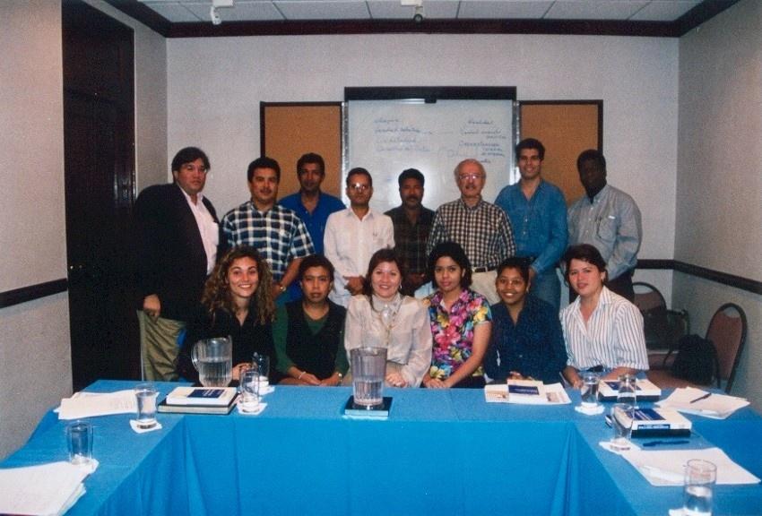 Los talleres de ética periodística llevaron a Javier Darío Restrepo a viajar por varios países de la región como Ecuador, Chile, México o Panamá, donde se tomó esta fotografía de 1999.