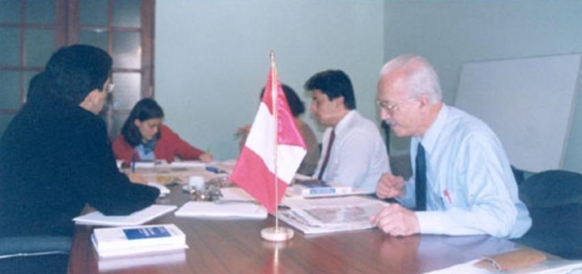 Javier Darío Restrepo conduciendo un taller de la FNPI en Perú, año 2000.