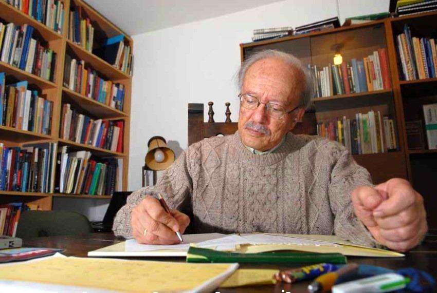 Javier Darío Restrepo en su biblioteca, de donde se nutría la sección de Documentación en todas sus respuestas del Consultorio Ético.