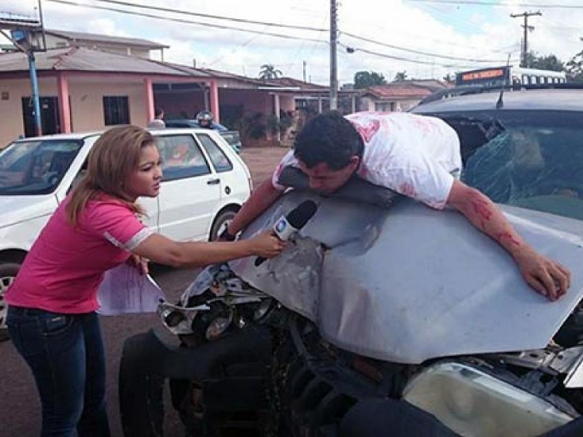 La periodista Lanna Coelho entrevistando a un actor durante el rodaje de un comercial sobre seguridad víal