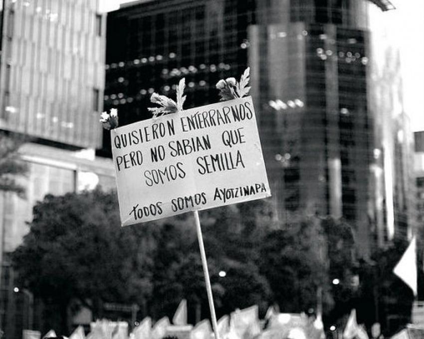 """Fotografía """"Marcha por Ayotzinapa"""" / Por: Jazbeck en Flickr / Usada bajo licencia Creative Commons"""