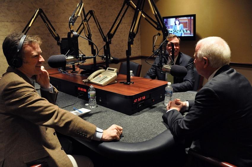 Foto: Steve Inkseep (izquierda), uno de los periodistas de NPR que ha publicado libros, en la cabina desde donde se emite el show Morning Edition / Mark Warner en Flickr. Usada bajo licencia Creative Commons.
