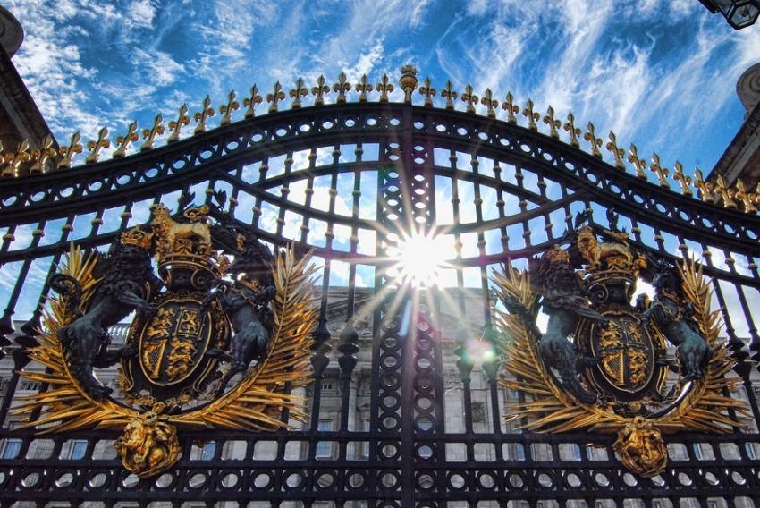 Puertas del Palacio de Buckingham, casa de la familia real británica / Por Nicholas Schooley en Flickr / Usada bajo licencia Creative Commons