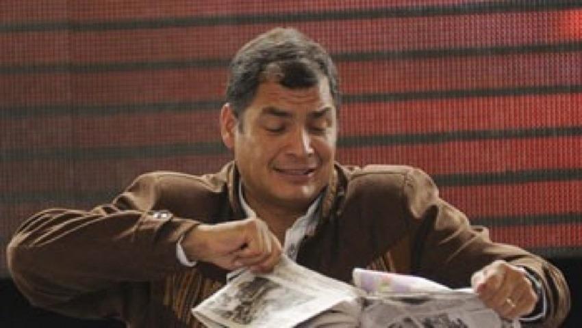 En dos ocasiones Correa ha destrozado ejemplares de periódicos durante sus discursos televisados / Foto: Infolatam.com