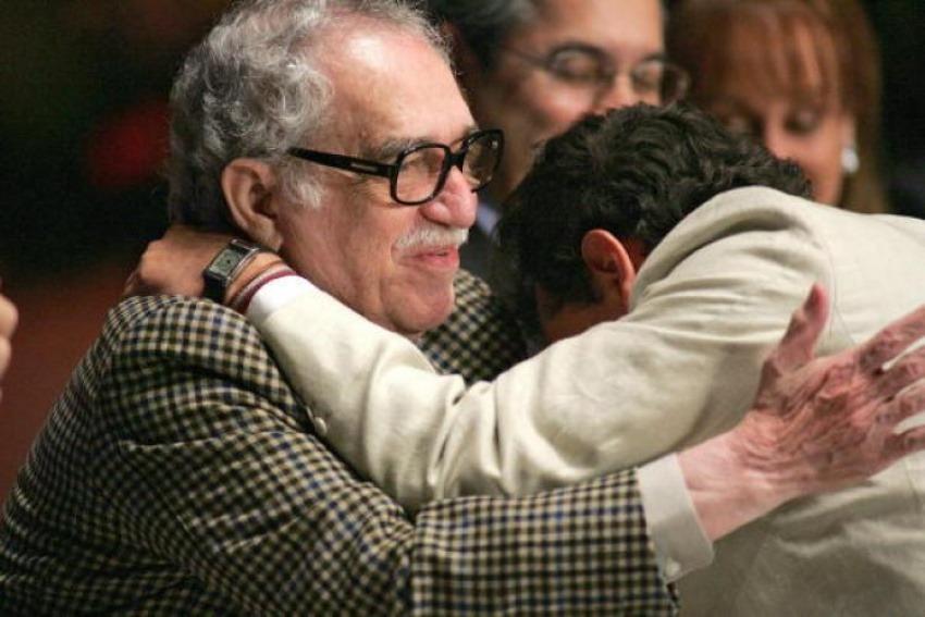Gabo al entregarle premio de periodismo a Hollman Morris en 2007 / The Epoch Times