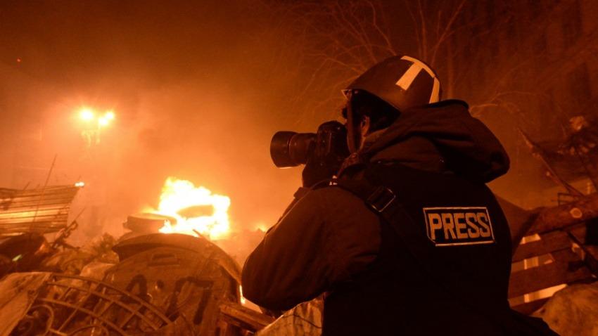 Reportero cubre manifestaciones en Ucrania en febrero de 2014 / Fotografía: Mstyslav Chernov en Wikimedia Commons.
