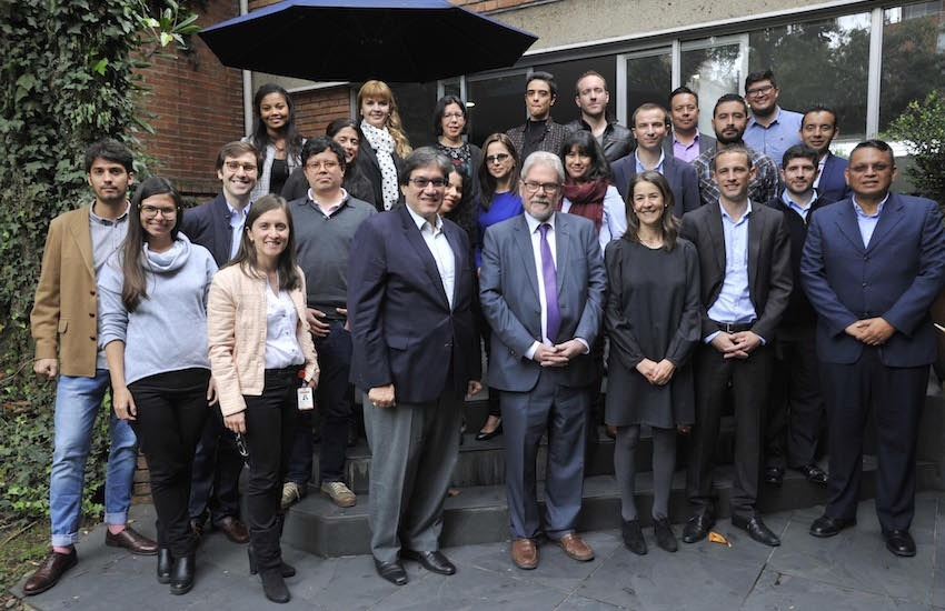 Michel Reid y Jaime Abello Banfi junto a los participantes y coordinadores del taller. Foto: Guillermo Legaria.