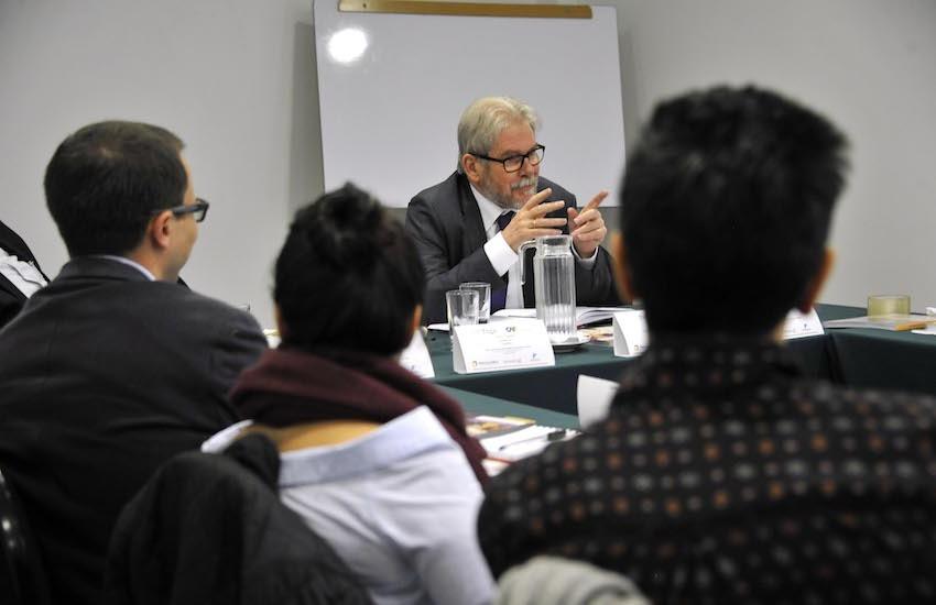 Michael Reid dirige el Taller Periodismo de Análisis de América Latina que se realiza en Bogotá. Foto: Guillermo Legaria.