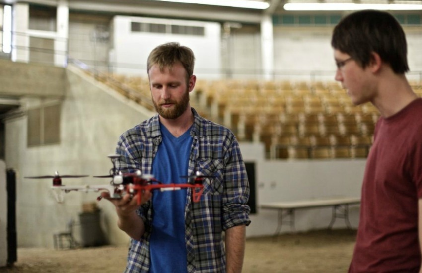 Dos alumnos practican con un dron en el estadio de Trowbridge / Sally French