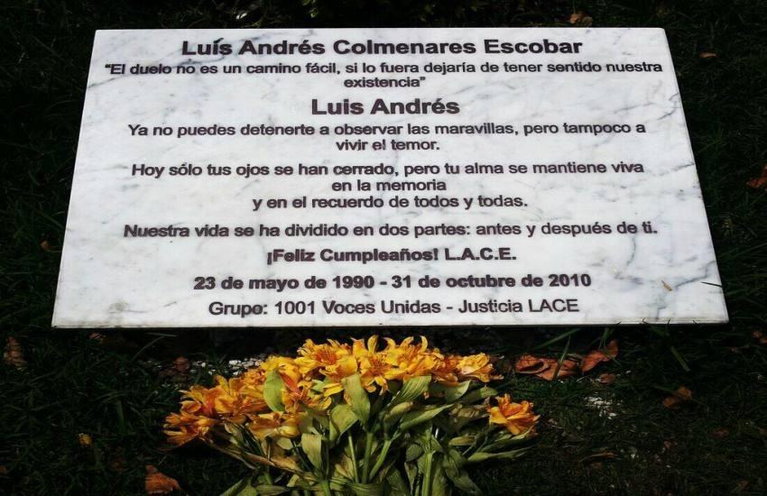 Placa instalada en el lugar donde se encontró el cadáver de Luis Andrés Colmenares / Fotografía: @hrestrepo