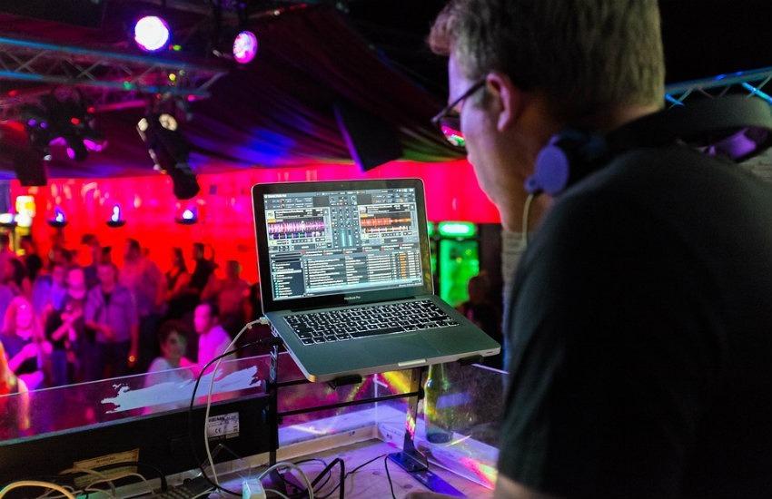 ¿Es cierto que un DJ fue golpeado por poner 'Despacito' más de 10 veces en una disco española?... ¡Responde el quiz de noticias!