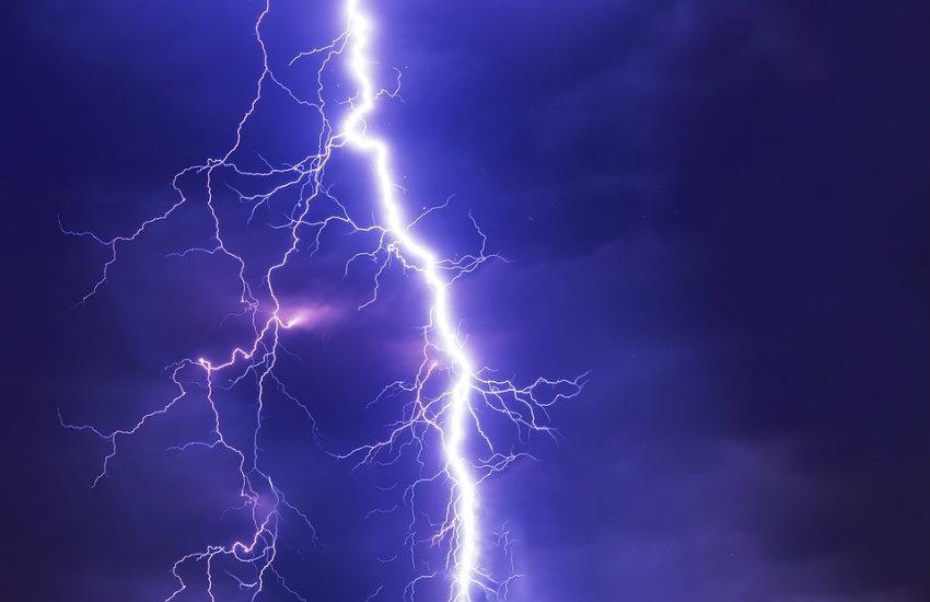 ¿Es auténtico el video de un rayo que causa una tremenda explosión en un río?... ¡Responde nuestro quiz semanal de noticias!