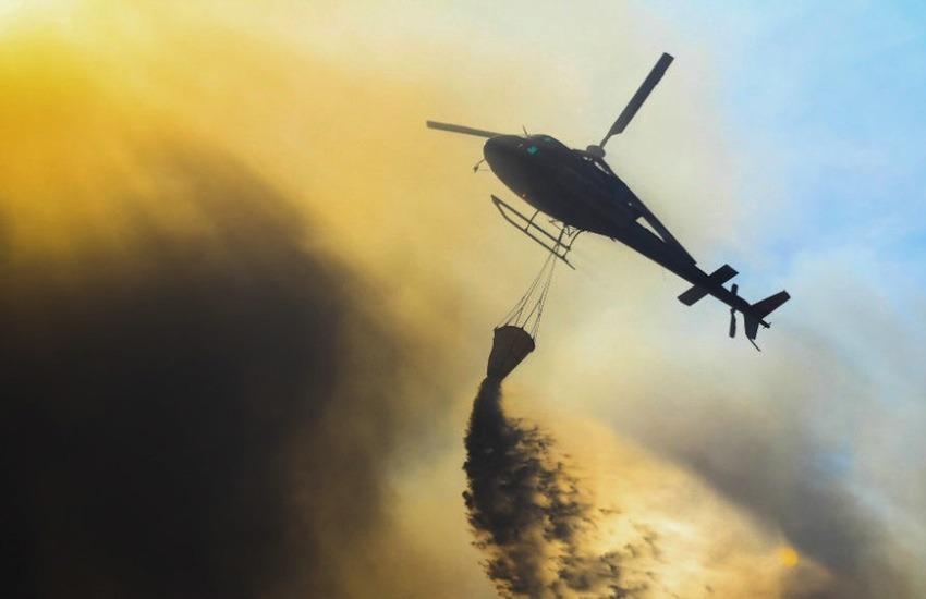 Helicóptero arroja agua para sofocar las llamas en un incendio previo en Valparaíso en 2014 | Fotografía: Javo Alfaro en Flickr | Usada bajo licencia Creative Commons