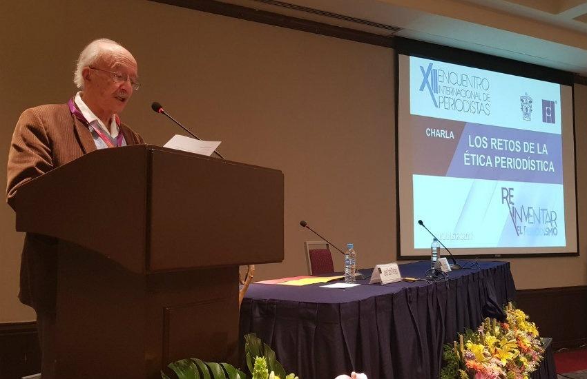 Javier Darío Restrepo al pronunciar su discurso | Fotografía: Universidad de Guadalajara