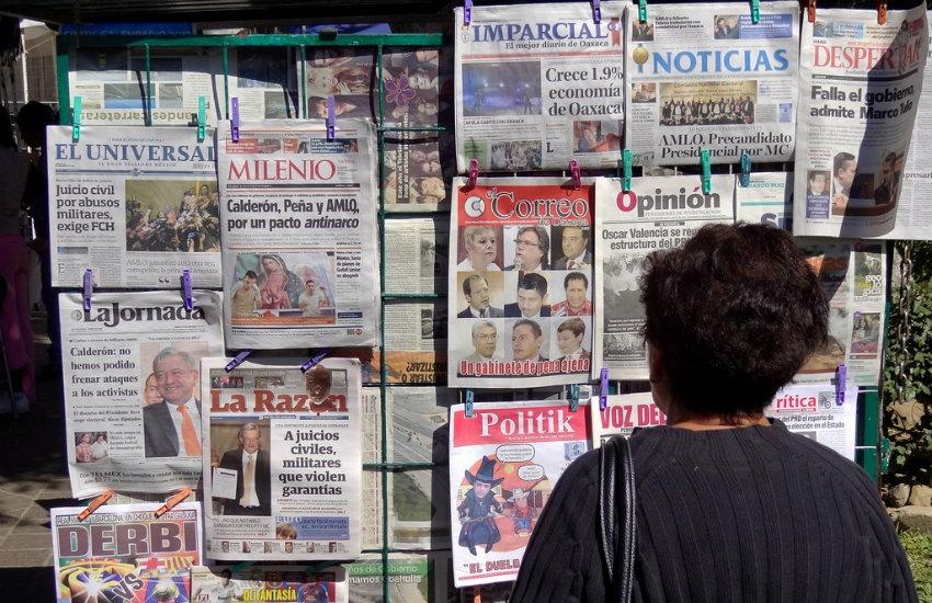 Mujer mira periódicos mexicanos en Oaxaca | Fotografía: Adam Jones en Flickr | Usada bajo licencia Creative Commons