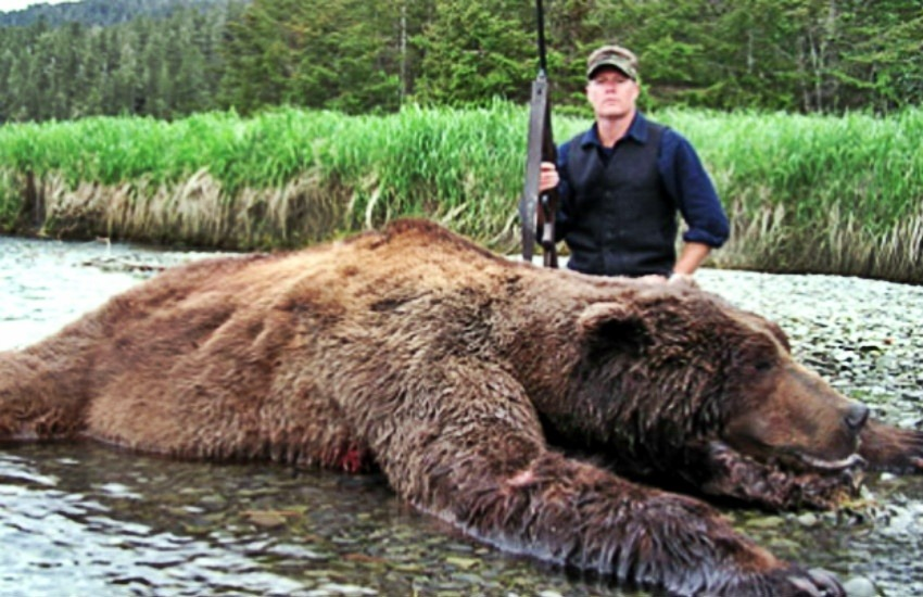 ¿Es este James Hetfield, el vocalista de Metallica, posando con un oso que acaba de cazar?... ¡Responde nuestro quiz semanal de noticias!