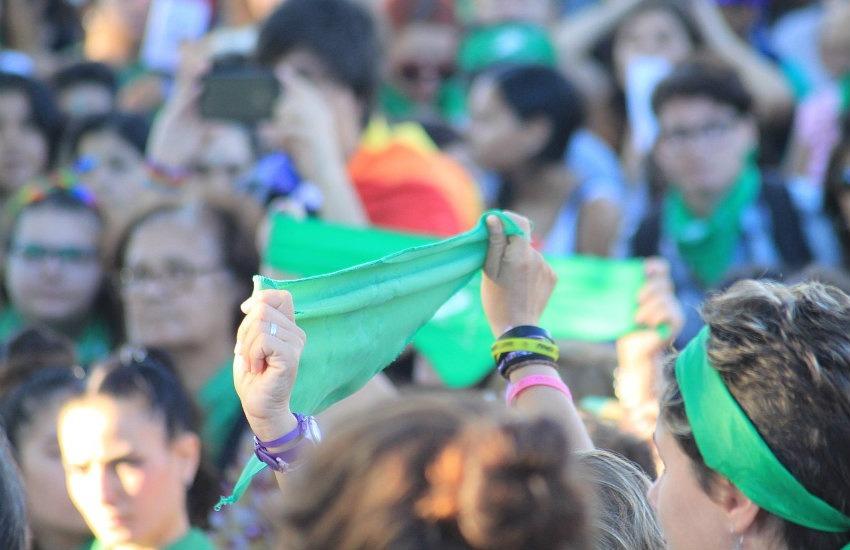 Pañuelazo por el derecho al aborto legal, seguro y gratuito - Santa Fe, Argentina. Por Martinbayo en Wikimedia Commons.