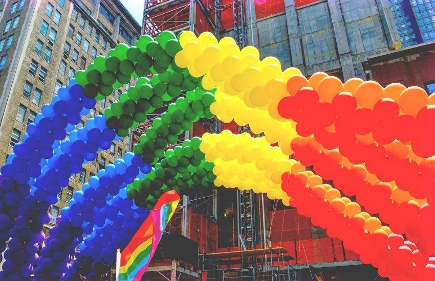 Marcha del orgullo gay en Nueva York. Fotografía:  gagnonm1993 en Pixabay. Usada bajo licencia Creative Commons.