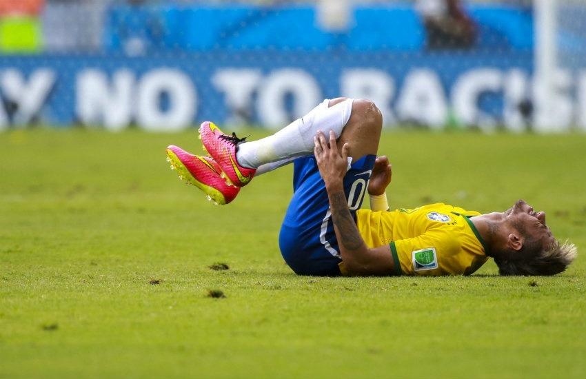 Neymar se queja tras recibir una falta al enfrentar a México en Rusia 2018. Fotografía: copa2014.gov.br en Wikimedia Commons