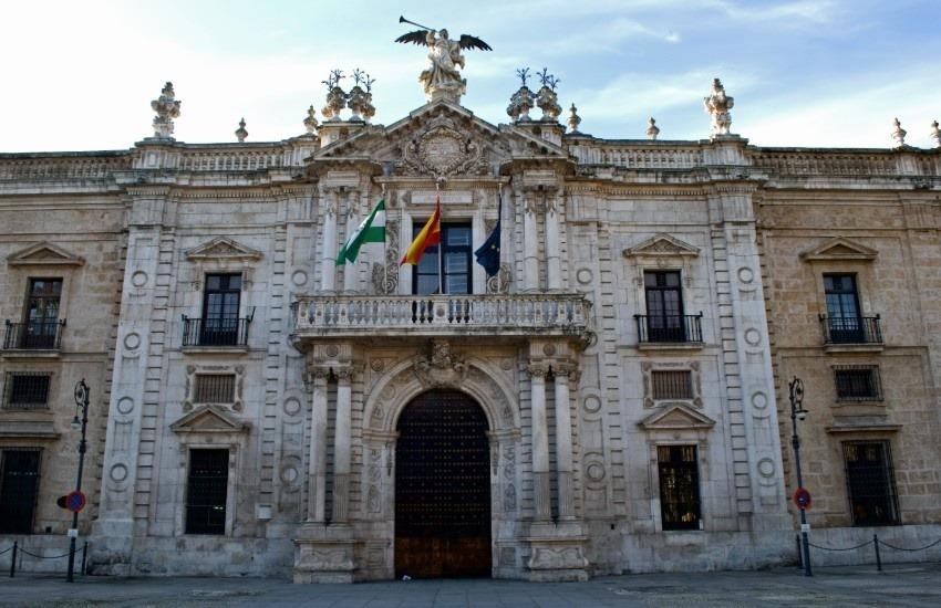 Fotografía: Puerta del Rectorado en la Universidad de Sevilla. Anual en Wikimedia Commons | Usada bajo licencia Creative Commons