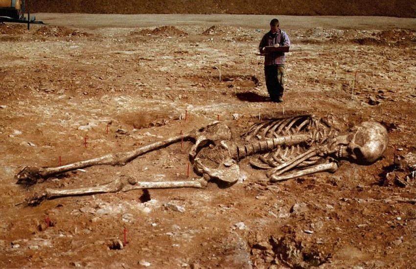 ¿Es real la imagen de este esqueleto humano gigante hallado en Irán?... ¡Responde nuestro quiz de noticias!