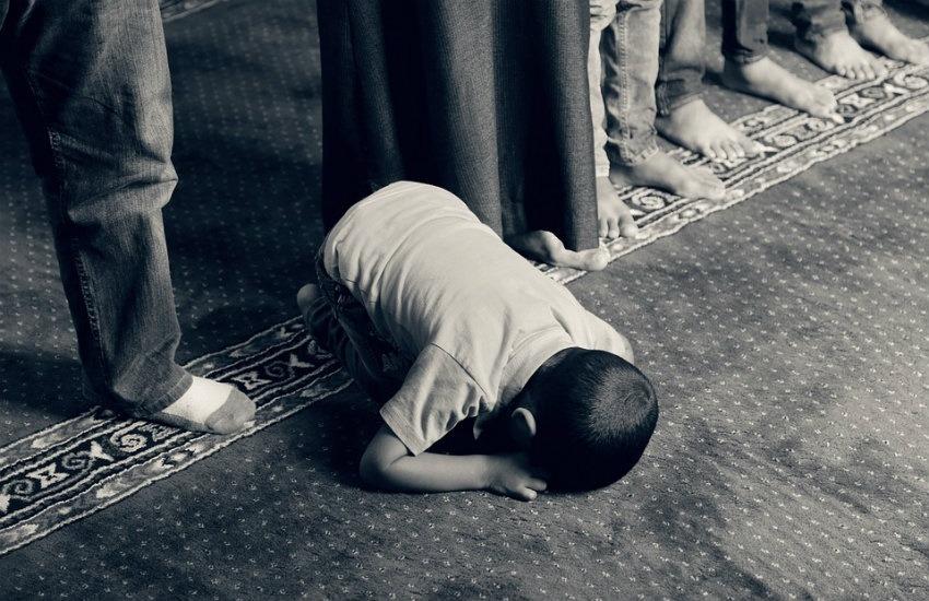 Niño musulmán orando. Fotografía: Chidioc en Pixabay | Usada bajo licencia Creative Commons.