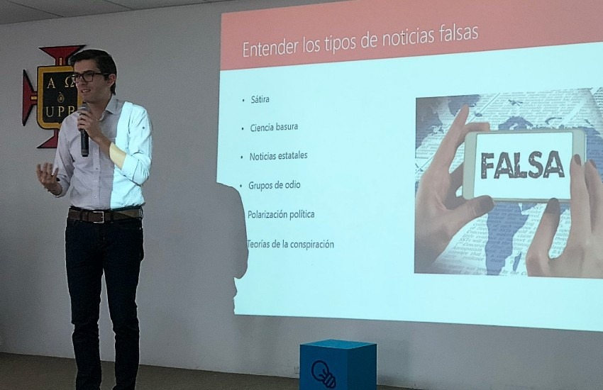 Hernán Restrepo durante su taller en Montería. Fotografía: @JhaderCano en Twitter.