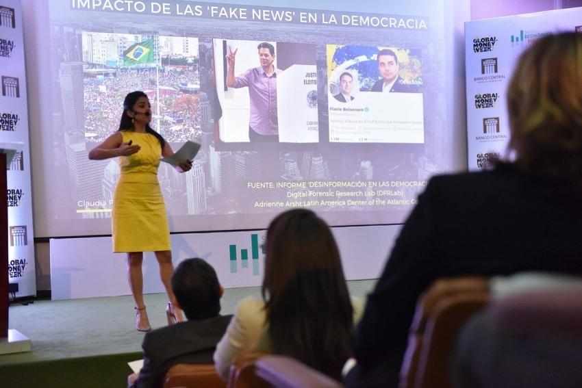 Claudia Palacios durante su charla en República Dominicana. Fotografía: @scenariossg en Twitter.