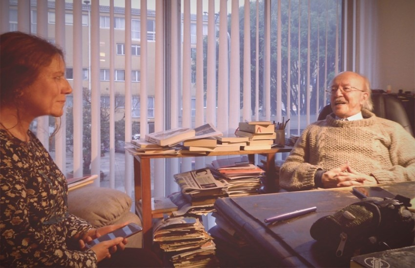 Gloria Ortega Pérez entrevistando a Javier Darío Restrepo en su casa en Bogotá.