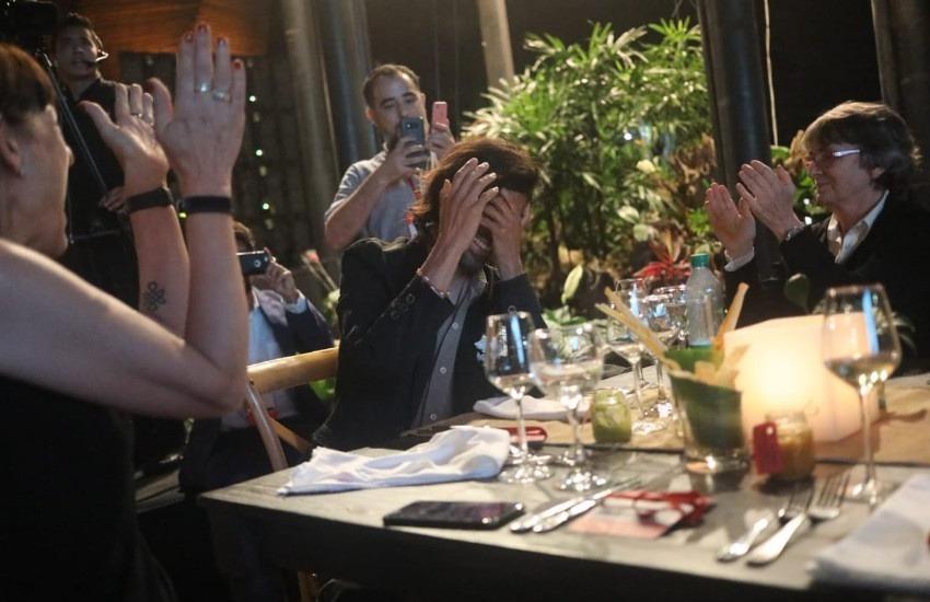 Leonardo Vaca (Argentina), ganador del Premio Gabo 2018 en la categoría Imagen es felicitado por sus compañeros de mesa. Foto: Joaquín Sarmiento / FNPI.